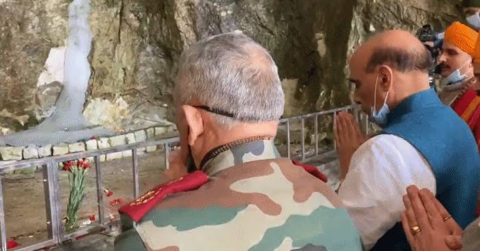 Defence minister rajnath singh offering prayers at Amarnath